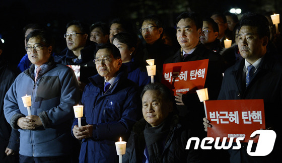 국회에서 촛불 든 더불어민주당