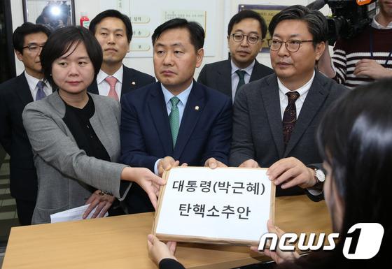 野3당, 뇌물죄·세월호 참사 적시 朴 탄핵안 제출