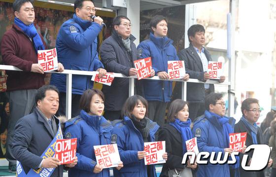 박근혜 퇴진 촉구 거리 홍보 펼치는 \'촛불홍보단\'