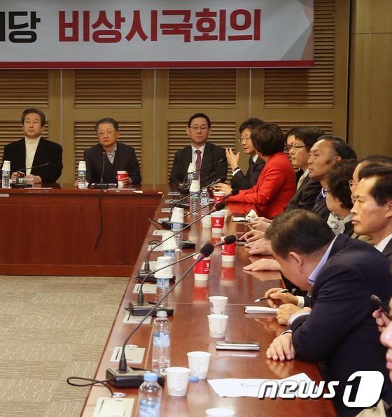 탄핵 대응 논의하는 새누리당 비상시국위