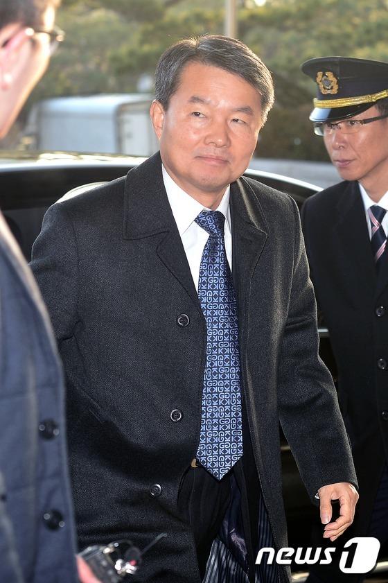 헌재 향하는 이진성 헌법재판관