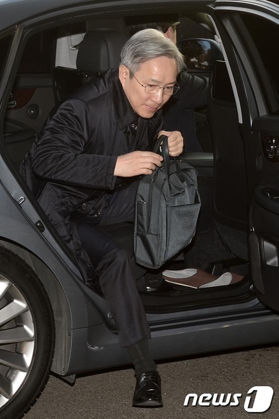 차에서 내리는 강일원 헌법재판관