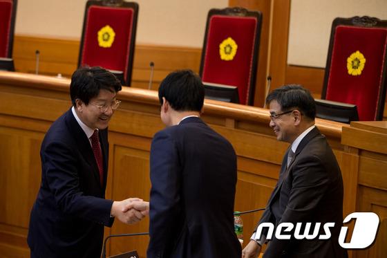 박 대통령 대리인단과 인사하는 권성동