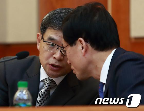 대화 나누는 박 대통령 측 대리인단