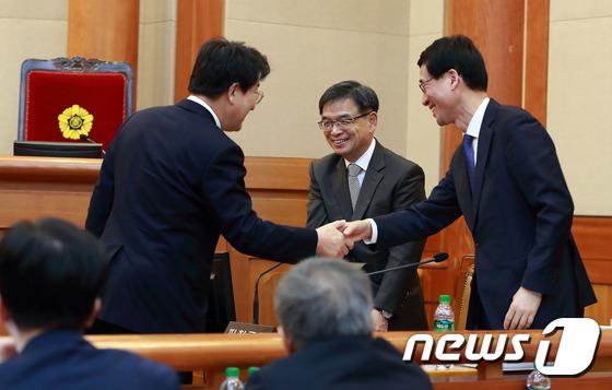 권성동 법사위원장과 인사하는 피청구인측 대리인단