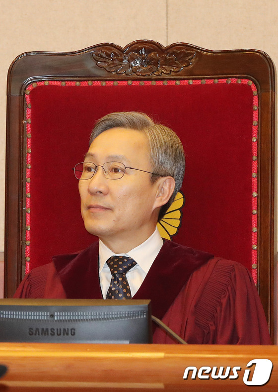 헌재 1차변론기일에 자리한 강일원 재판관