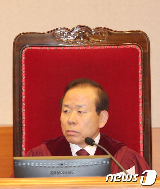 헌재 1차변론기일에 자리한 김이수 재판관