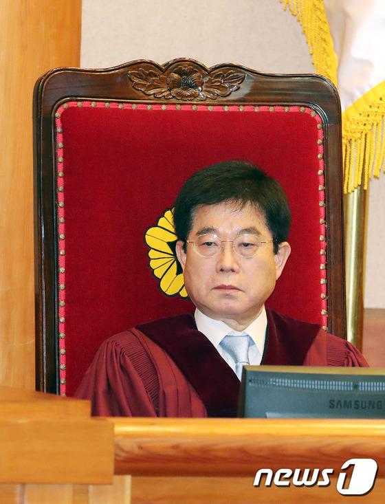 헌재 1차변론기일에 자리한서기석 재판관