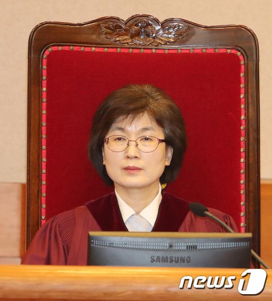 헌재 1차변론기일에 자리한 이정미 재판관