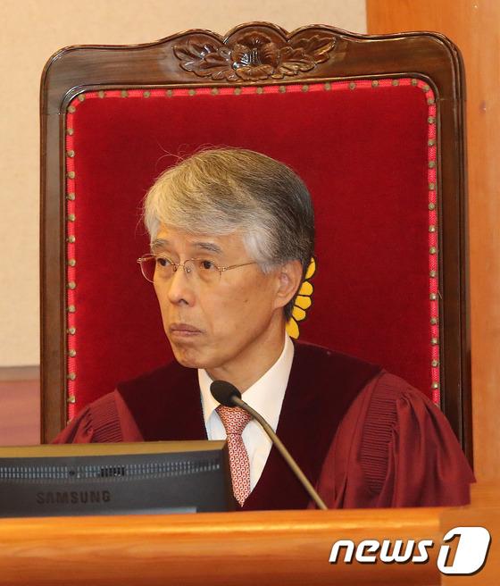 헌재 1차변론기일에 자리한 조용호 재판관