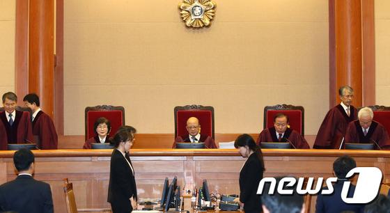 입장하는 재판관들