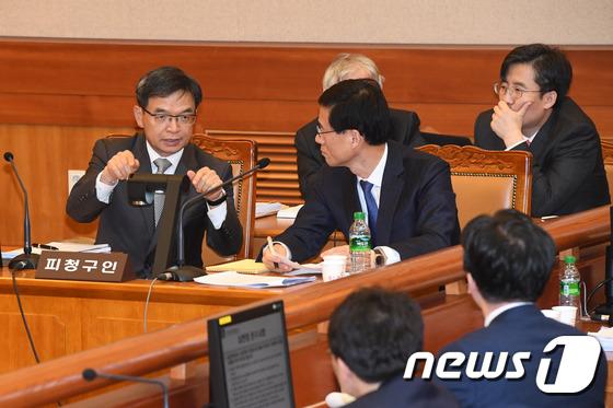대화 나누는 이중환 변호사와 박 대통령 측 대리인단