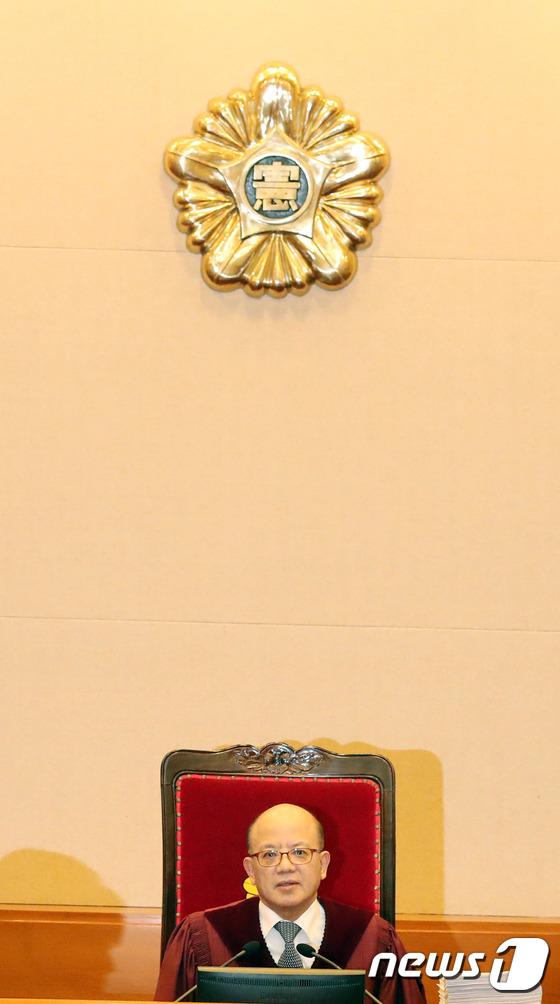증인 출석여부 확인하는 박한철 헌재소장