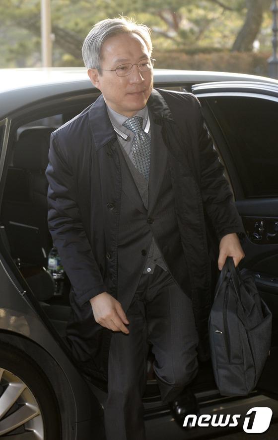 출근하는 강일원 재판관