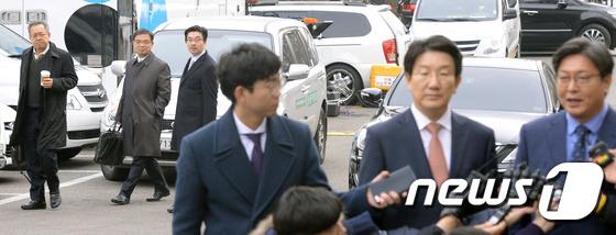 국회 탄핵소추위원단 인터뷰 지켜보는 박근혜 대통령 변호인단
