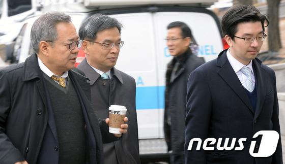 헌법재판소 들어가는 박근혜 대통령 측 변호인단
