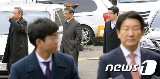 권성동 탄핵소추위원장 지나치는 박근혜 대통령 대리인단