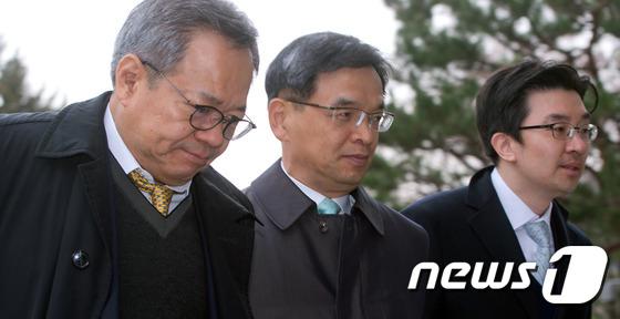 굳은 표정으로 헌법재판소 들어가는 박근혜 대통령 측 변호인단