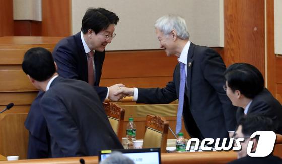 박 대통령 변호인단과 악수하는 권성동