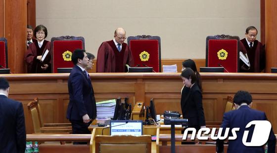 2차 변론기일 참석하는 재판관들