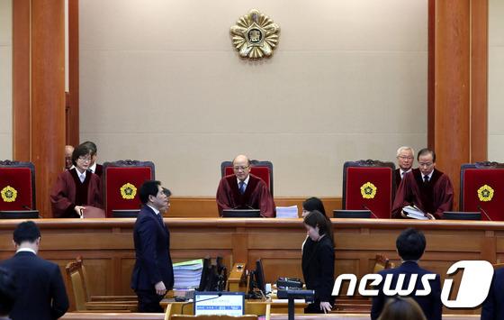 대심판정으로 입장하는 재판관들