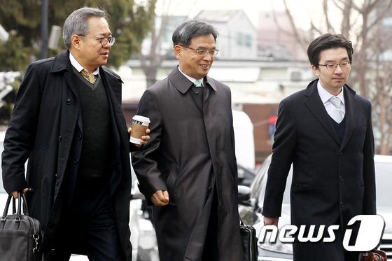 미소 짓는 朴 대통령측 변호인단