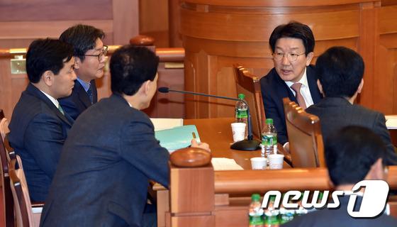 대화 나누는 국회 탄핵소추위원들