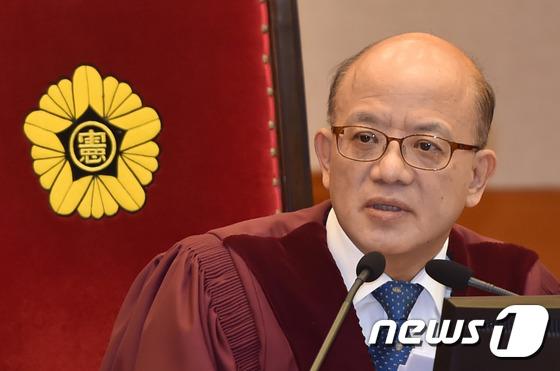 출석 대리인을 확인하는 박한철 헌재 소장