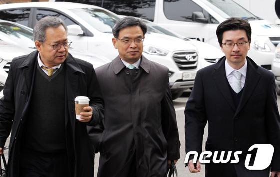 \'대심판정 들어서는 박근혜 대통령측 변호인단\'