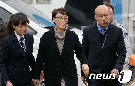 헌재 대심판정 향하는 윤전추 靑 행정관