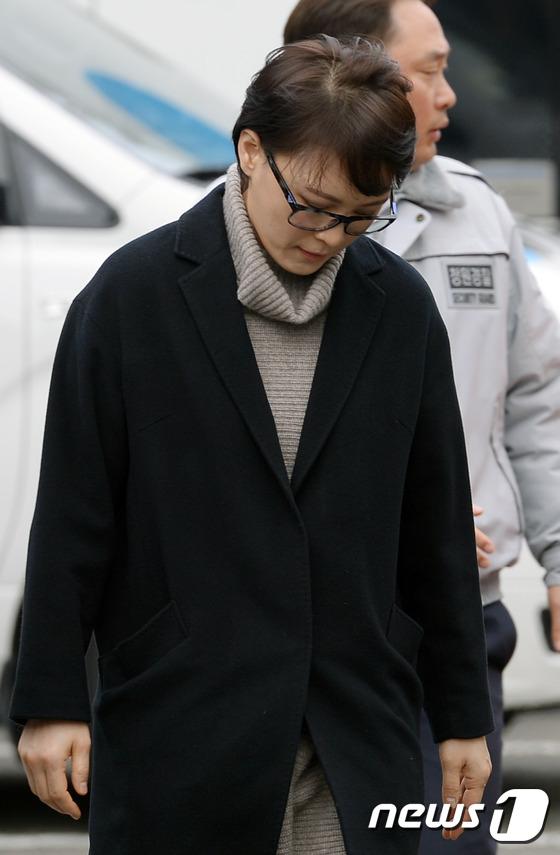 고개숙인 윤전추 행정관