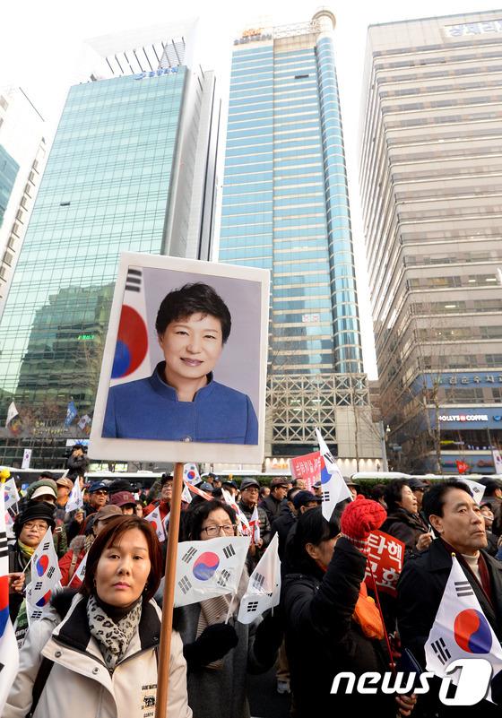 \'특검 사무실 앞에서 박근혜 대통령 사진을 들고...\'
