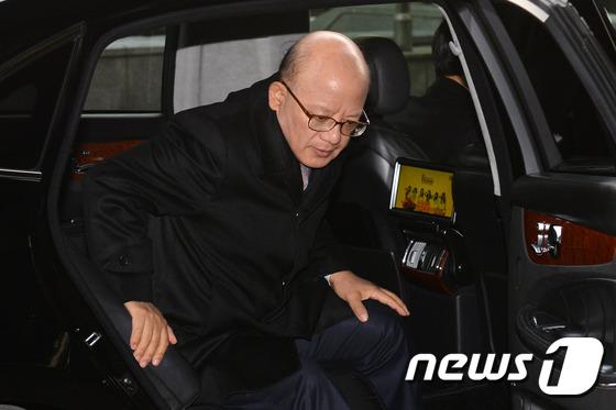 차에서 내리는 박한철 헌재 소장