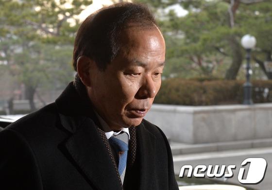 출근하는 김이수 헌법재판관