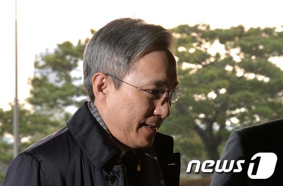 출근하는 강일원 헌법재판관