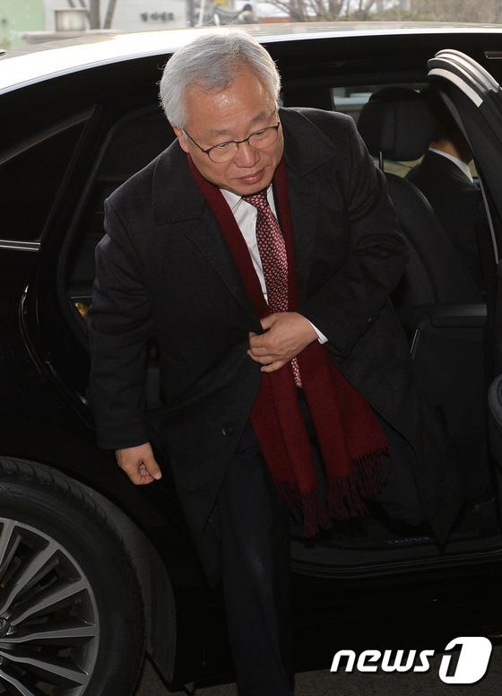 출근하는 김창종 헌법재판관