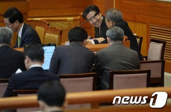 웃음짓는 朴대통령측 변호인단