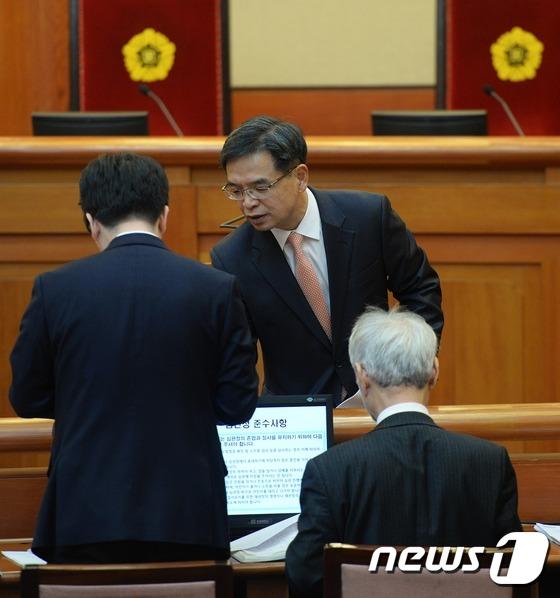 대화 나누는 朴대통령측 변호인단