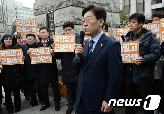 """헌법재판소 찾은 이재명, """"2월 탄핵"""""""