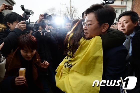 이재명, 헌재 앞 '기습포옹'