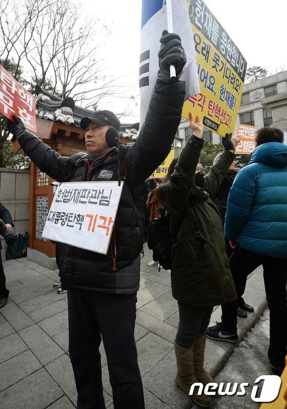 일상이 된 헌재 앞 찬반시위