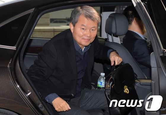 휴일 오전 출근하는 이진성 재판관