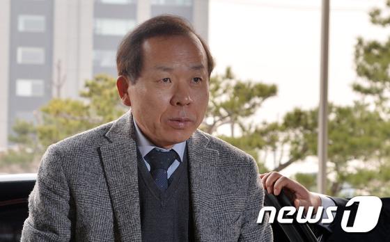 출근하는 김이수 재판관