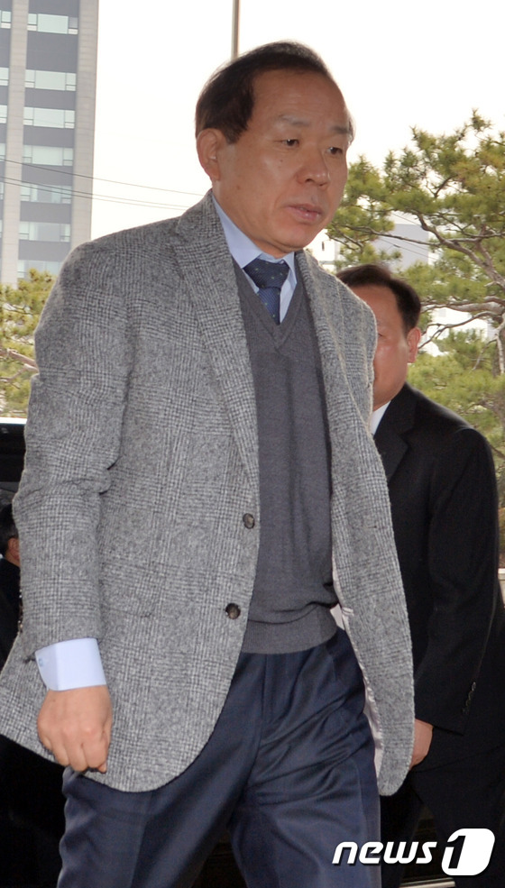 휴일 출근하는 김이수 재판관