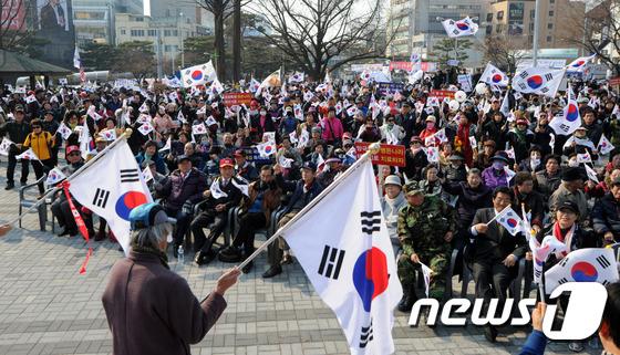 태극기 집회 열리는 청주 상당공원