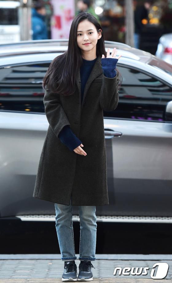 김윤혜, \'여의도에서 인형 미모 폭발~\'