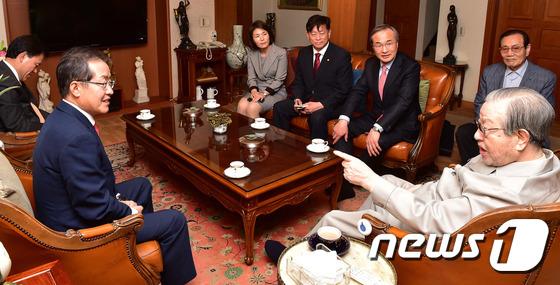 김종필 전 총리 예방하는 홍준표 자유한국당 대선후보