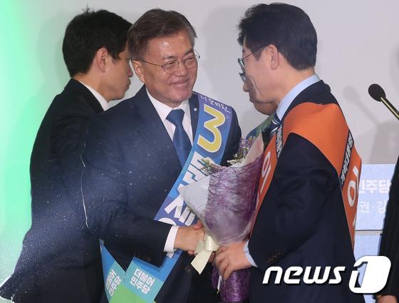 문재인 \'4연승 미소\'