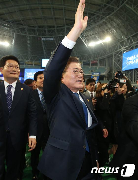 문재인, 민주당 대선후보로 선출 \