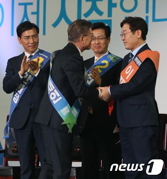 안희정·최성·이재명으로 부터 축하 받는 문재인